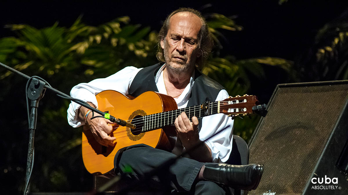 As a bridge between both festivals—a happy union of two kinds of intelligent music, which owe their popularity to Brouwer's undeniable prestige and charisma—Paco de Lucía arrived in Havana for the 2013 Chamber Music Festival. Havana, Cuba